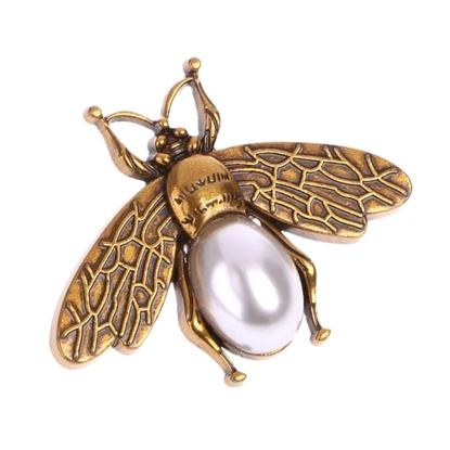 картинка декор из металла для вязаной сумки , пчела с жемчужиной