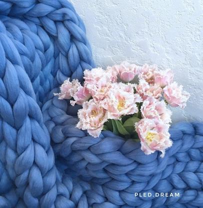 картинка плед из толстой пряжи мериноса крупной вязки, цвет: серо-голубой, готовое изделие